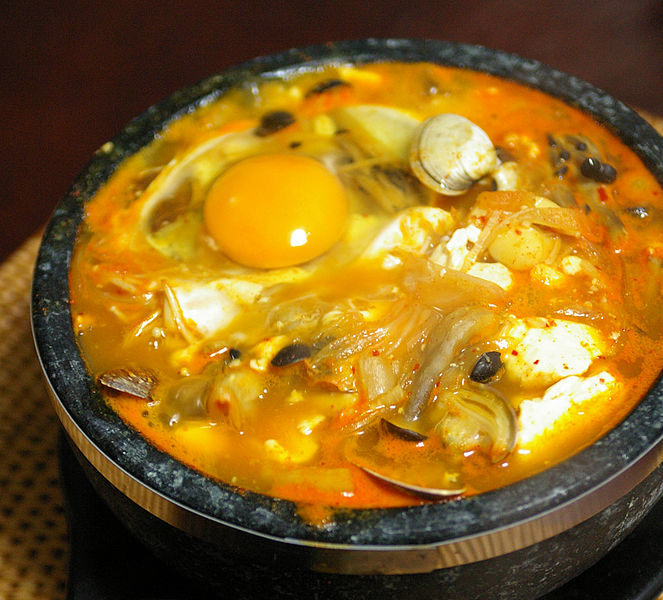 663px-Korean.food-Sundubu.jjigae-01a